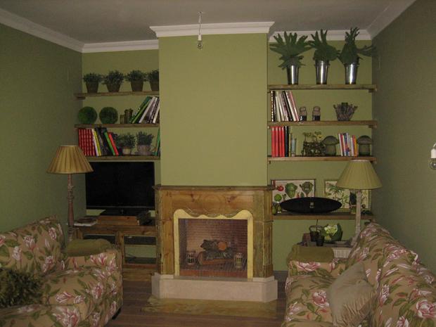 Chimenea librería en tonos verdes