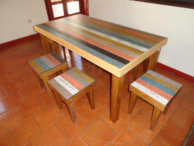 mesa comedor y taburetes colores
