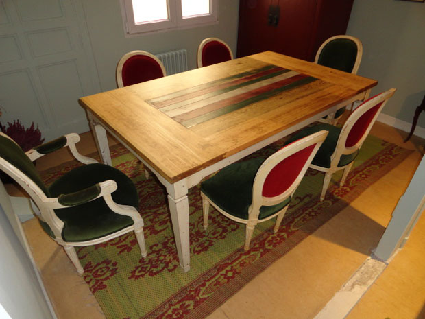 mesa comedor y sillas rojas y verdes III