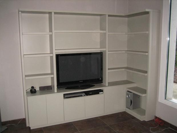 biblioteca blanca con tv