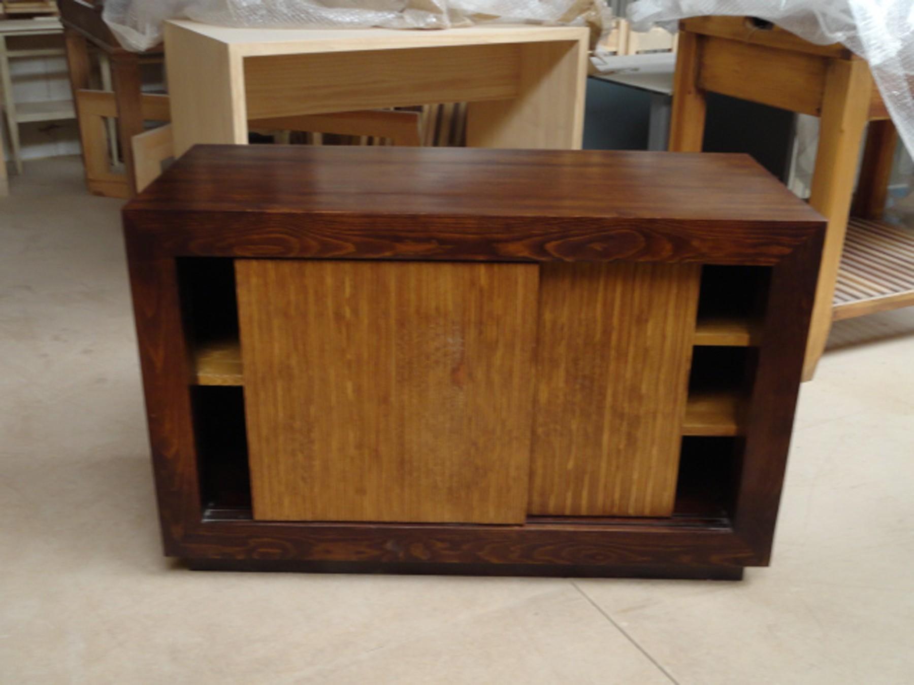 Mesa de televisión 64x43x100 cm.