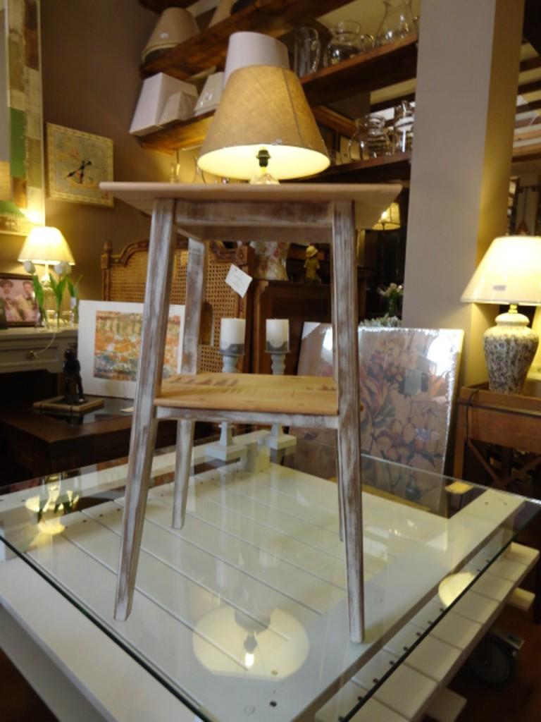 Mesilla de noche taburete 35x25x60 cm.