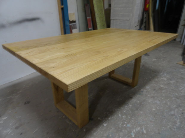 Mesa de comedor en madera de castaño
