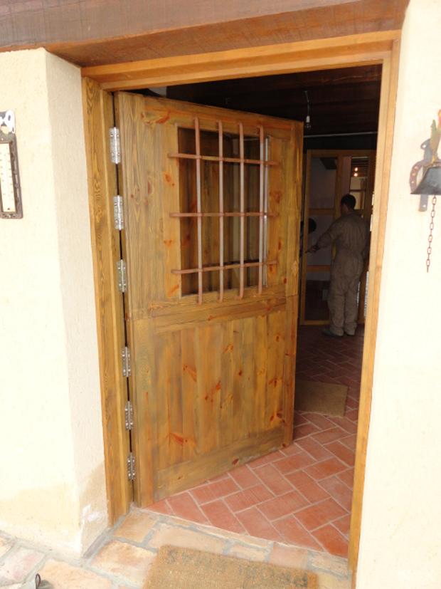 Puerta de entrada a casa de campomuebles de la granja for Puertas de madera para exteriores de casas